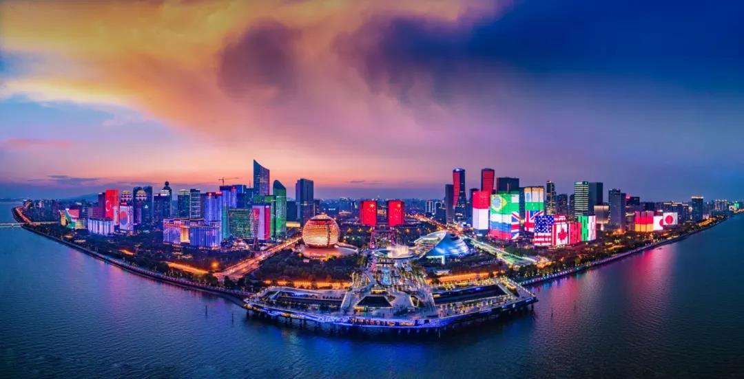 白天游西湖,晚上赏灯光,钱江新城的夜晚究竟魅力何在?